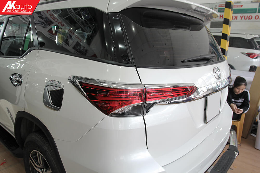 viền ddnf sau xe fortuner 2018
